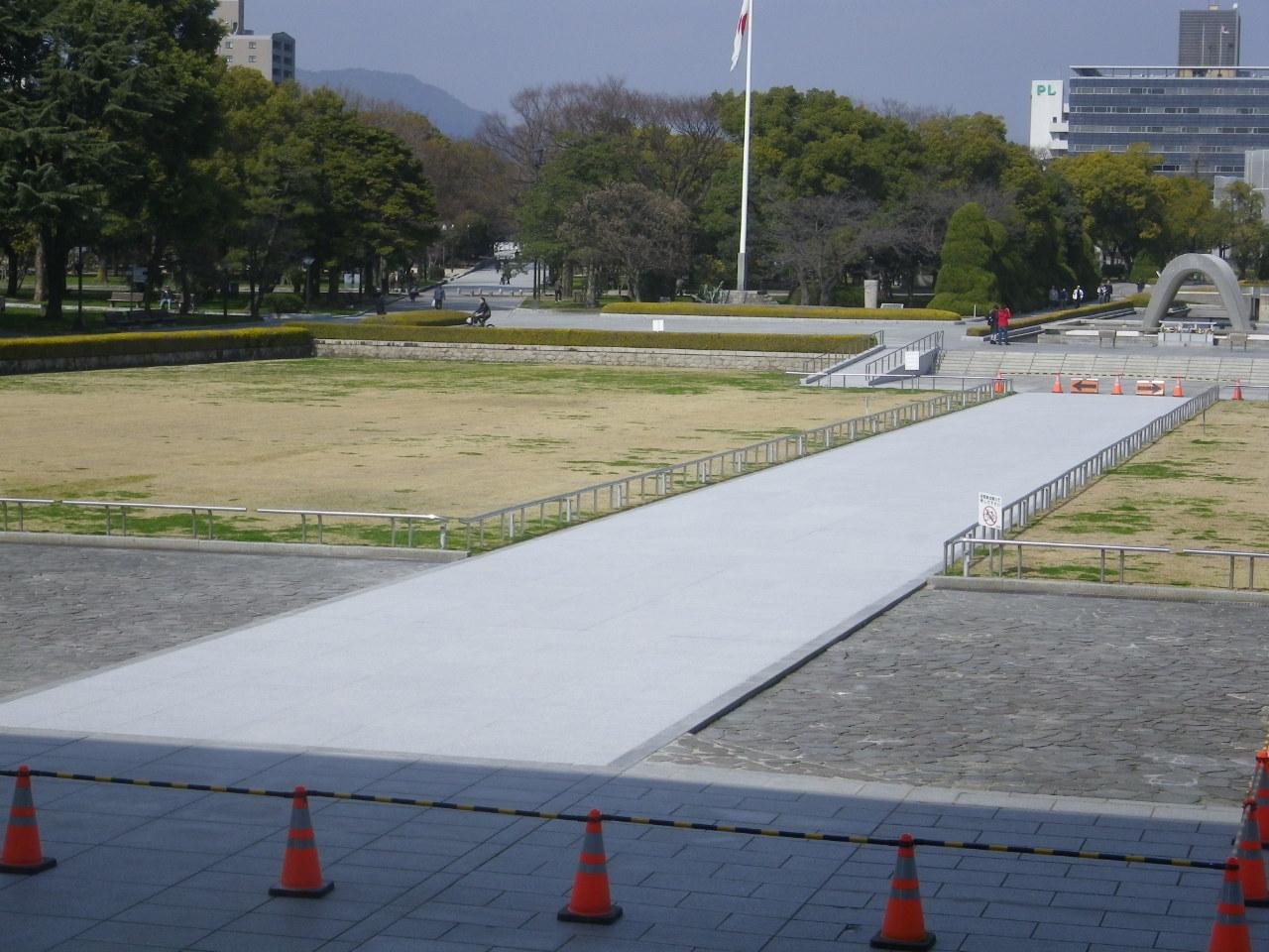 写真:平和記念公園中央参道石張舗装改良工事